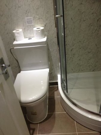 MStay Hyde Park Hotel: The small, cramped bathroom