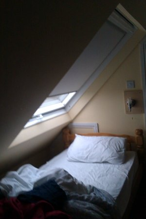 Oak Tree Inn: A bit more room in this bed, thank's to the Velux window.
