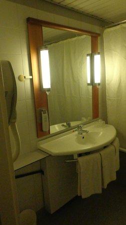 Ibis Lisboa Saldanha: Lavabo y bañera