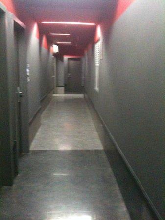 Tune Hotel Kuala Lumpur: Other shot of corridor