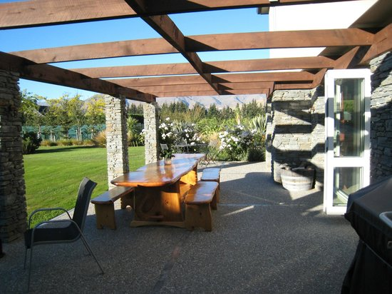 Queenstown Country Lodge: Outside dining/relaxing area