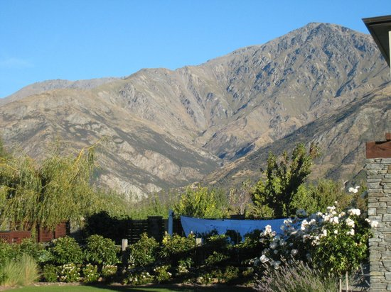 Queenstown Country Lodge: Mountain views looking towards front of property