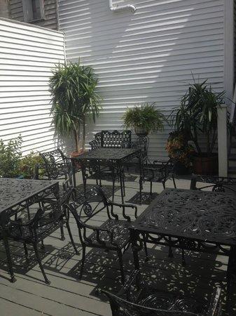 Historic Streetcar Inn: back yard patio