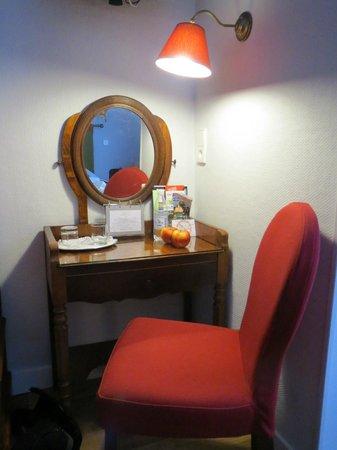 New Orient Hotel: Desk Area