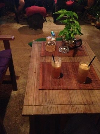 Kunda Vegan Vegetarian Cafe: fresh mint and apple 'shake' and lemon ginger juice