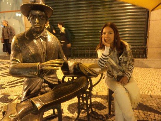 Yes! Lisbon Hostel: Estátua de Fernando pessoa - café à brasileira em Chiado