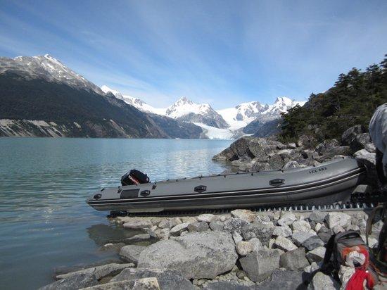 Terra Luna: Al llegar al Lago Leones hay una lancha