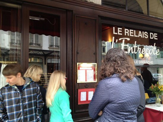 Le Relais De L'Entrecote : Queue before the entrance