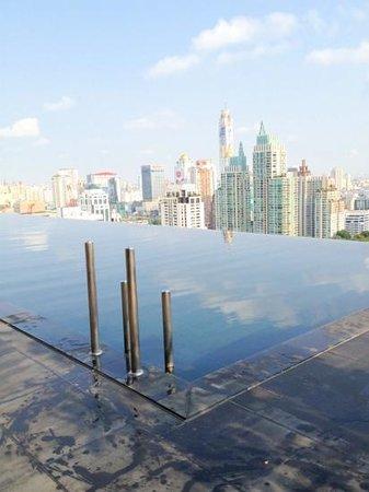 The Okura Prestige Bangkok: ビルから張り出したプール