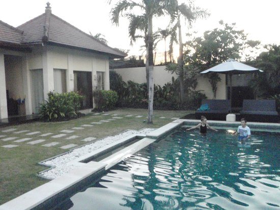 RC Villas & Spa: Pool area - yard