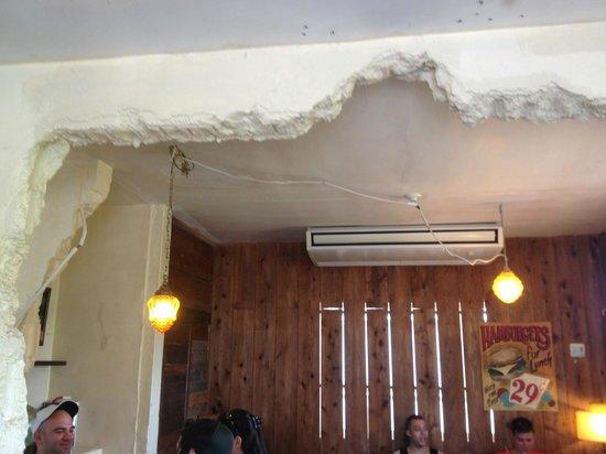 Gordie's Hamburger: rustic dining area