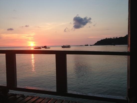 Taa Toh Lagoon Diving Resort : coucher de soleil du bar au mojito