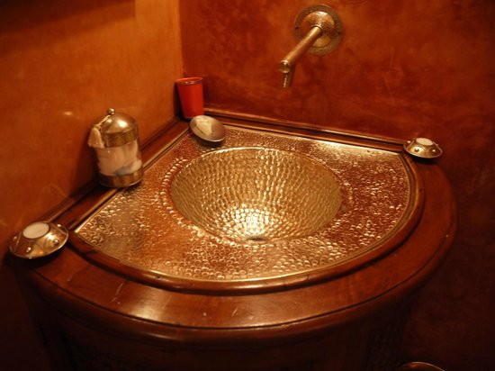 Riad Laaroussa Hotel and Spa: The Ornate Sink