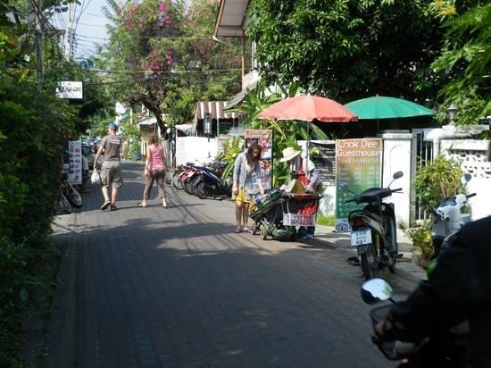 Viraporn's place: rue pittoresque  attenante à l'hôtel