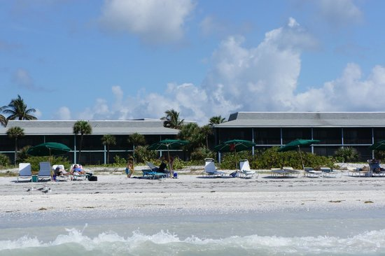 Sanibel Inn: The hotel and beach