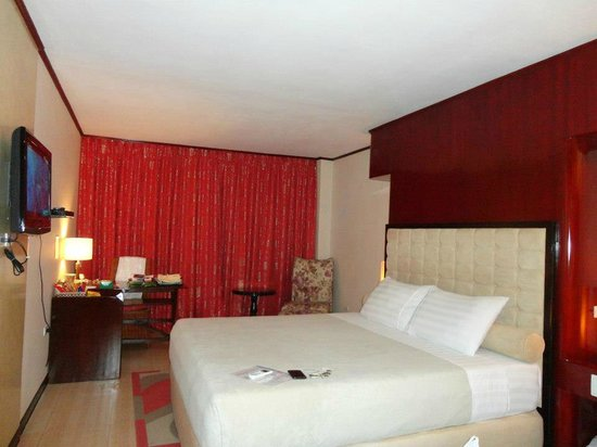 Dulcinea Hotel and Suites: Our spacious room