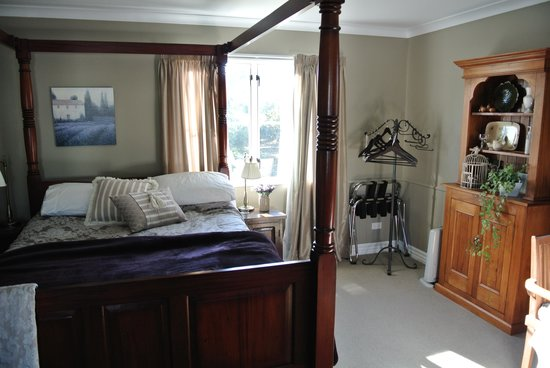 Hillsfield House Bed and Breakfast Marlborough: Downstairs room lovely big bed
