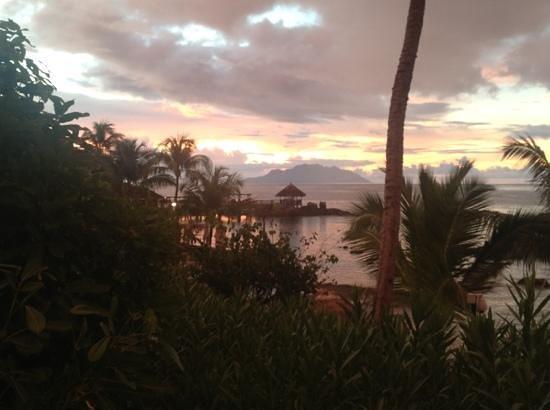 เลเมริเดียนฟิชเชอร์แมนโคฟ: the boardwalk of the hotel, Silhoutte island in the back