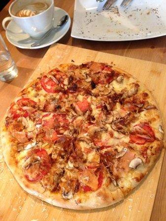 Fatty's Fresh Cafe: Salmon pizza: Fish & Pi