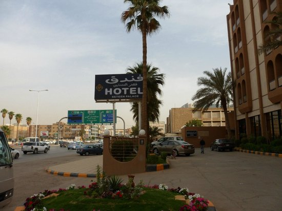 Al Seteen Palace Hotel: Strassenschild