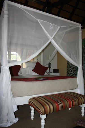 Kambaku Safari Lodge: Four-poster bed - so comfortable and safari like