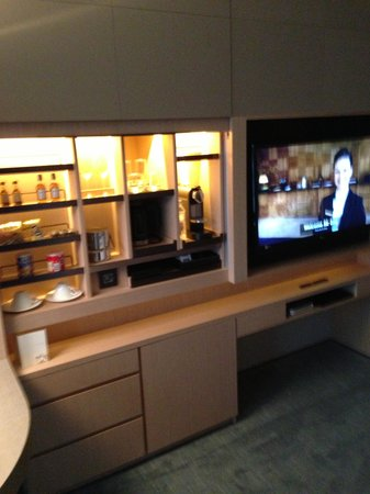 Conrad Seoul: Executive Room-Bar and TV