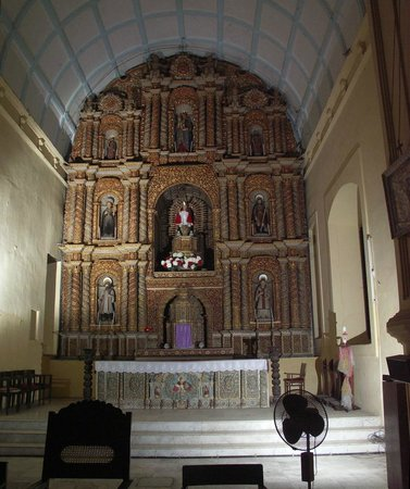 Cathedral of Bom Jesu: The altar, Bom Jesus Church, Daman.