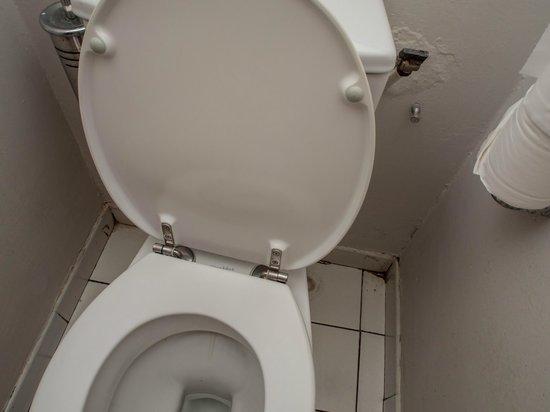 Hotel Bakoua : Traces dans les coins, taches et humidité aux mur WC