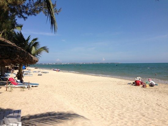 Thai Hoa Resort : beach outside the hotel