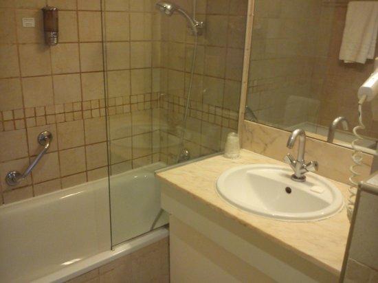BEST WESTERN Hotel Riviera: Vasca con doccia, asciugacapelli e lavandino.