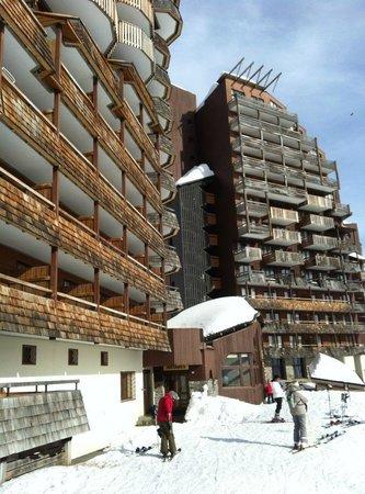 Pierre & Vacances Residence Antares : Вход в отель со стороны спуска