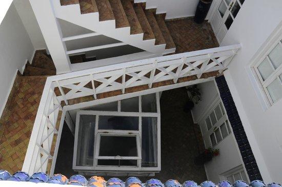 La Casa del Mar : La escalera y los accesos a las habitaciones desde la terraza