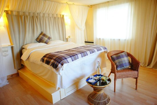 Cadboll, UK: 'Moray'- Double room with raised King size bed and En-suite
