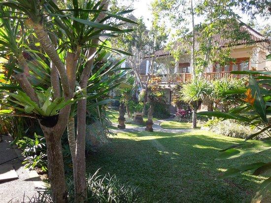 Sri Ratih Cottages: Gardens