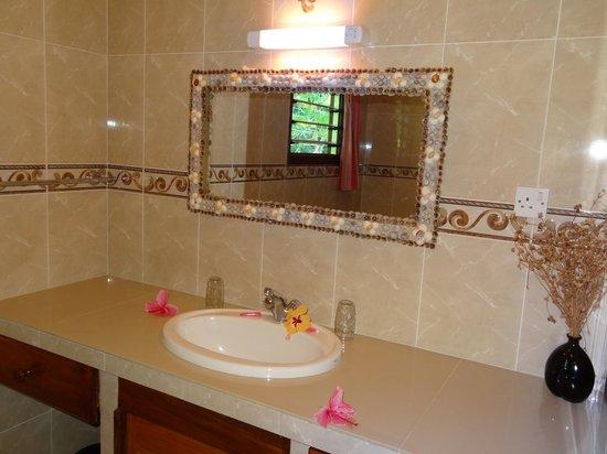 Cocotier du Rocher: salle de bain