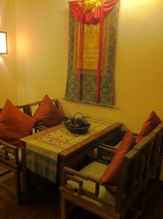 โรงแรมซองซัมแชงกรีลา: tea table at the side