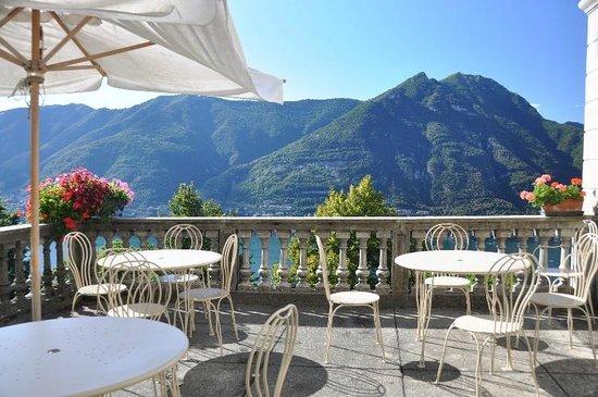 B&B Villa Le Ortensie: Terrazzo con vista al lago