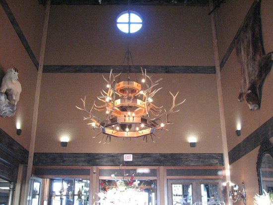 Grouse Mountain Lodge: lobby chandelier