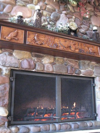 Grouse Mountain Lodge: sweet warm crackling fire in the lobby