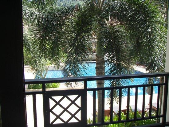 Deevana Patong Resort & Spa : Vue de la chambre sur la piscine