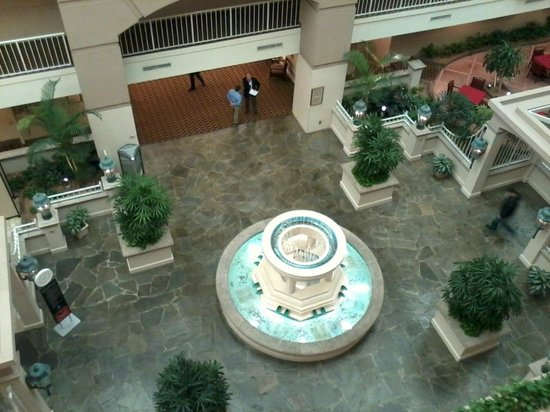 ‪إمباسي سويتس أتلانتا إيربورت: Main fountain from 5th floor‬