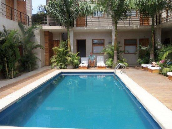 Hotel Casa Tota: Pool in center of hotel courtyard.