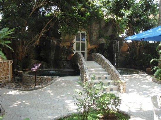 Pacific Club Resort: Garden - under bridge is the jaccuzi end of bridge is the sauna/hammam