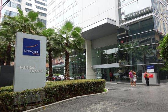Novotel Bangkok Ploenchit Sukhumvit: front door