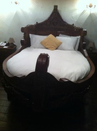 Kinnitty Castle Hotel: The Viking bed!