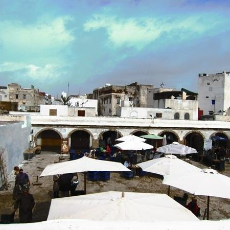 Toulousain Hotel: Essaouira square, enjoying some lunch