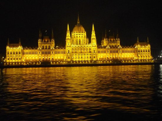 Marmara Hotel Budapest: Parliament Building by night