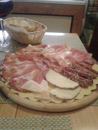 Hotel Dei Priori: tagliere di salumi e formaggi umbri