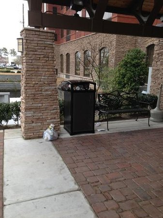 Staybridge Suites Wilmington East: trash bin overflowing