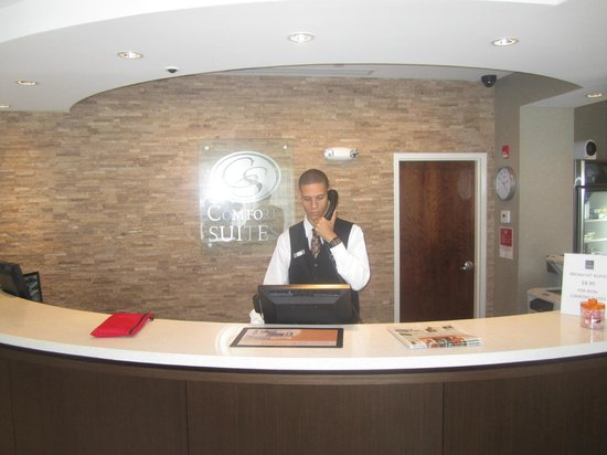 Comfort Suites Miami Airport North: Ariel @ front desk checkin